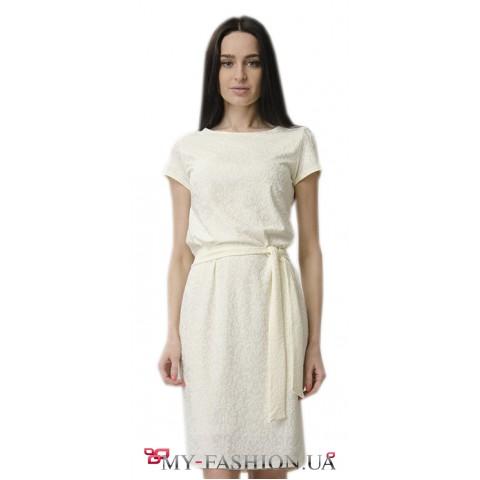 Платье-футляр молочного цвета с поясом