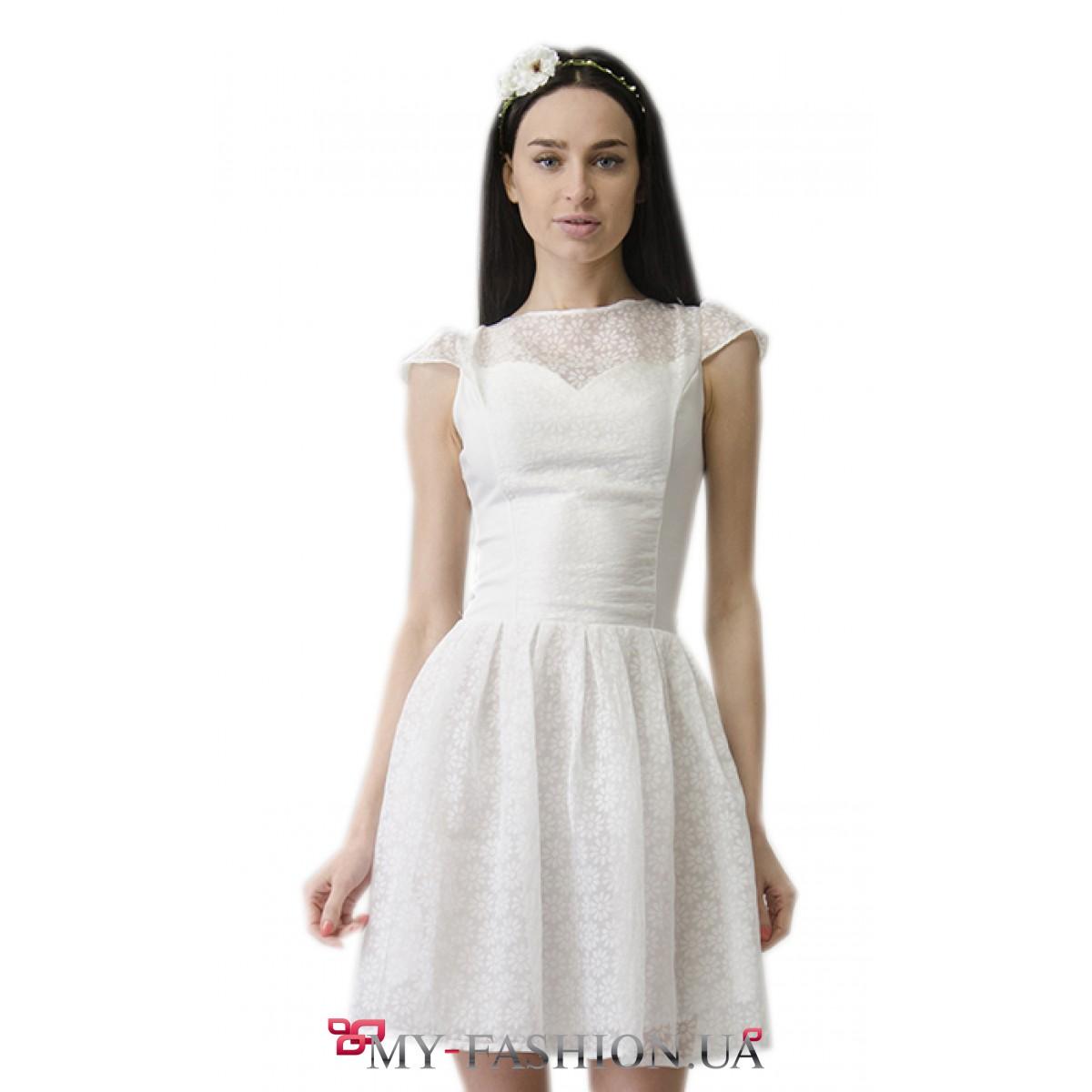 Белое платье с пышными рукавами и юбкой