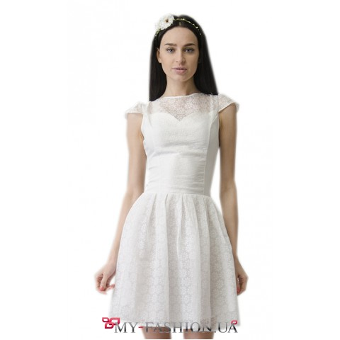 Привлекательное белое платье с пышной юбкой