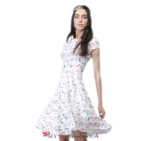 Струящееся летнее платье с разноцветным принтом