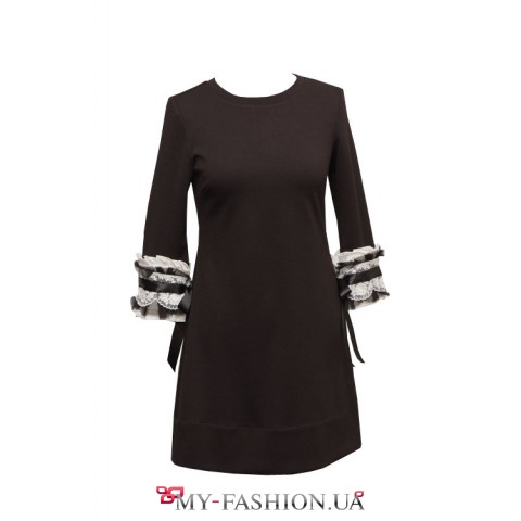 Черное платье с ажурными манжетами