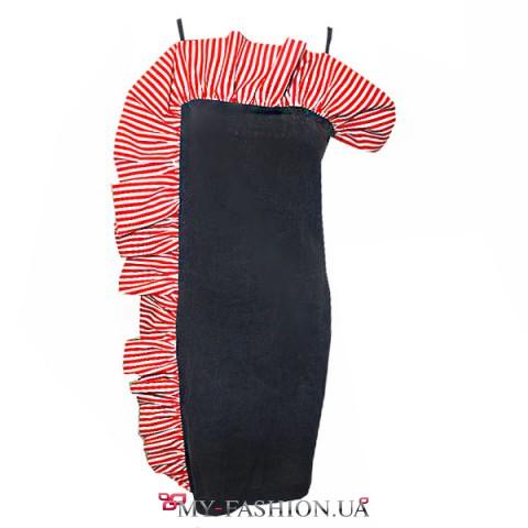 Короткое синее платье с яркой оборкой