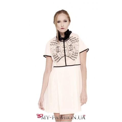 Белое платье с чёрным шёлковым воланом-воротничком