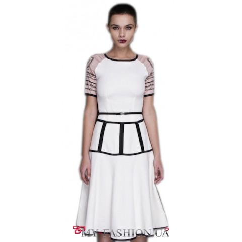 Привлекательное белое платье с татуировками
