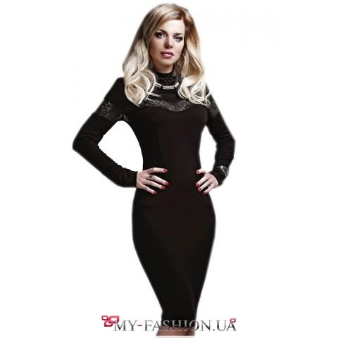 Подчёркивающее фигуру чёрное платье