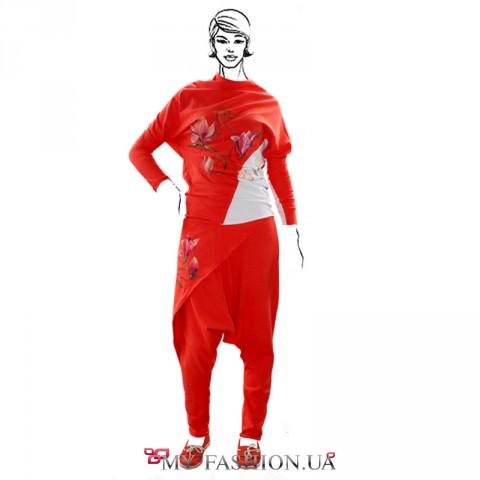 Красный женский костюм с белой вставкой на кофте