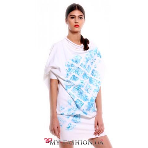 Асимметричное белое платье с принтом