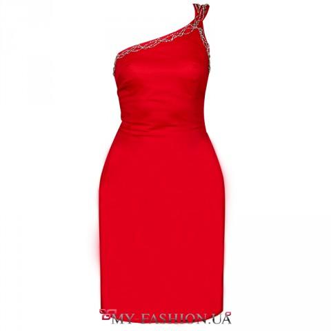 Вечернее платье красного цвета с асимметричной полочкой