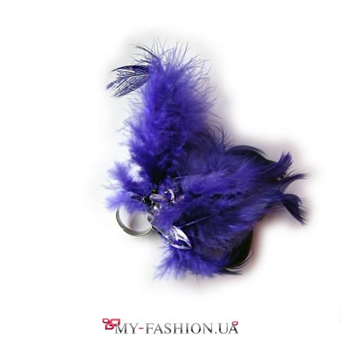 Яркое синее кольцо из перьев