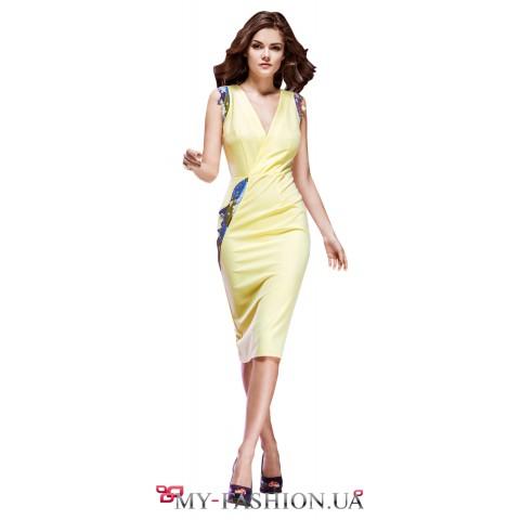 Жёлтое платье с глубоким вырезом декольте