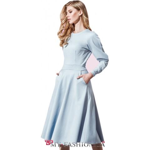 Голубое платье с объёмным рукавом