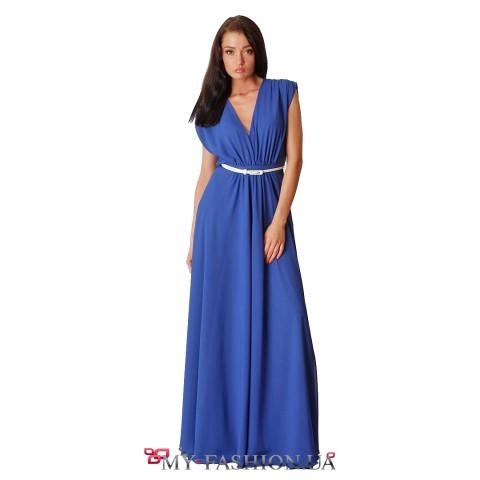 Длинное синее платье с глубоким вырезом декольте
