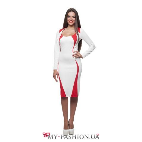 Стильное белое платье для офиса с красным декором