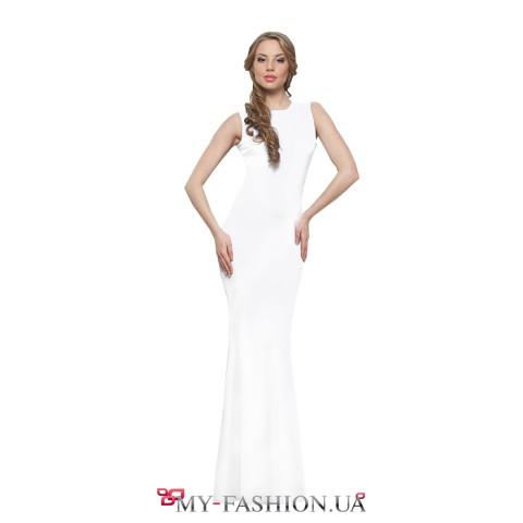 Белое трикотажное платье с хрустальными пуговицами на спинке