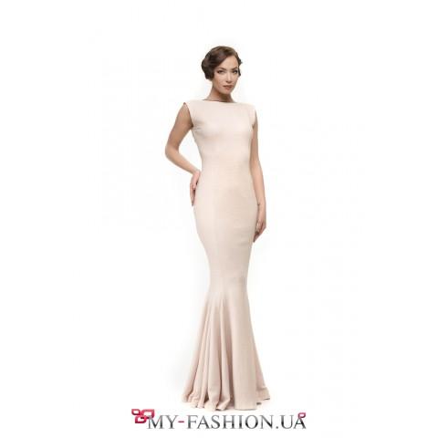 Бежевое платье максимальной длины с открытой спинкой