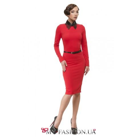 Красное платье-футляр с эффектным воротником