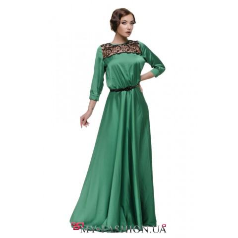 Зелёное платье максимальной длины с кружевными вставками