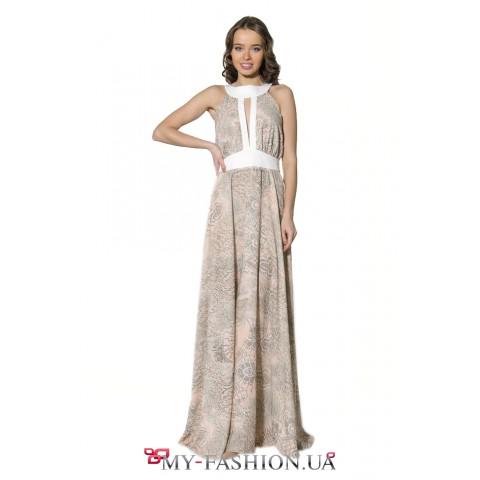 Длинное летнее платье бежевого цвета с серым принтом