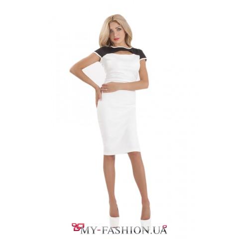 Контрастное трикотажное платье средней длины
