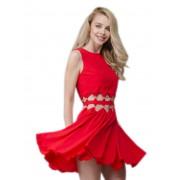 Красивое платье ярко-красного цвета