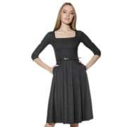 Платье серого цвета с завышенной линией талии