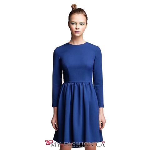 Короткое синее платье с вырезом на спинке