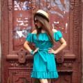 Короткое платье с воланами на линии плеча и подоле юбки