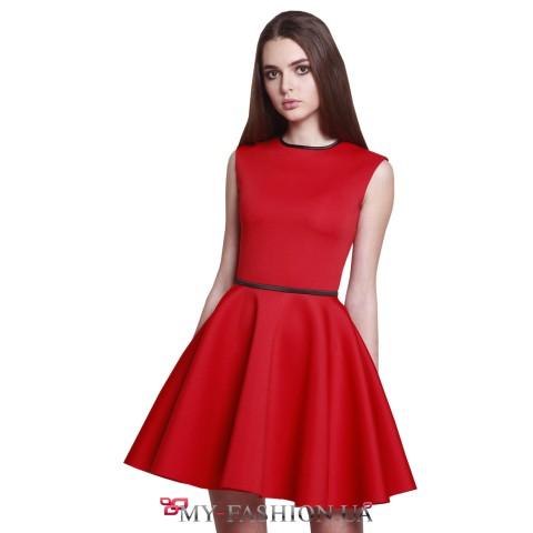 Ярко-красное платье с пышной юбкой