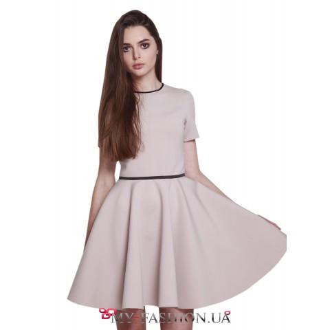 Платье бежевого цвета с пышной юбкой
