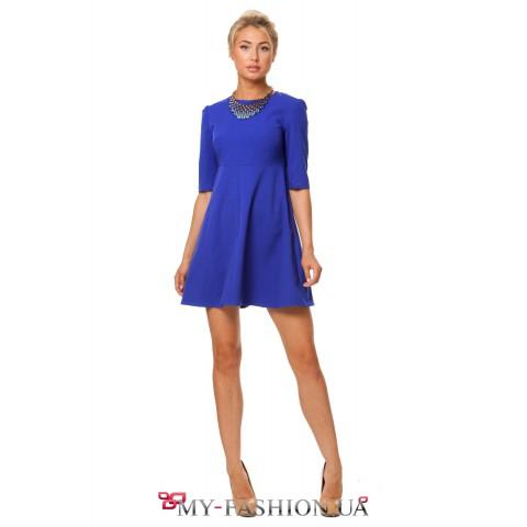 Яркое короткое синее платье свободного кроя