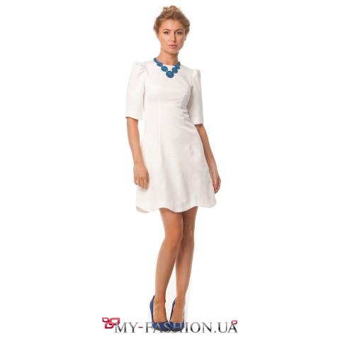 Короткое белое платье с волнообразным срезом юбки