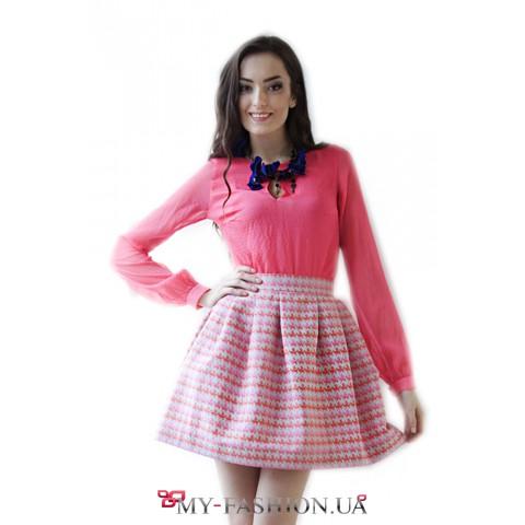 Короткая розовая юбка с принтом в пазлы