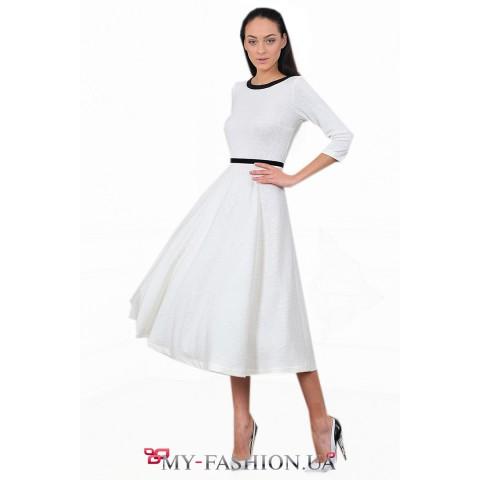 Белое платье из ажурного трикотажа с пышной юбкой