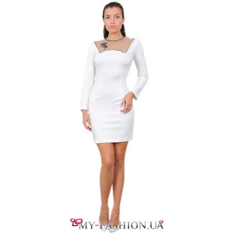 Белое платье-футляр с прозрачной вставкой