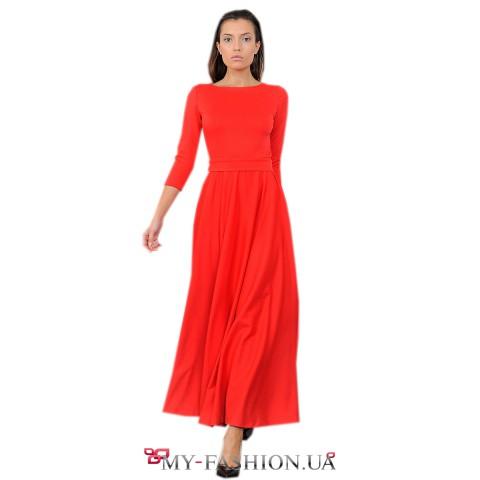 Длинное красное платье с пуговицами на спинке