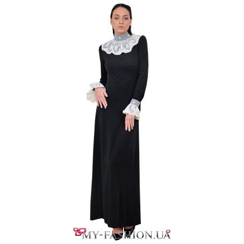 Длинное чёрное платье с ажурным воротником и манжетами