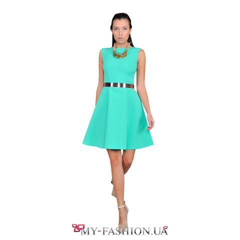 Платье зелёного цвета с расклешённой юбкой