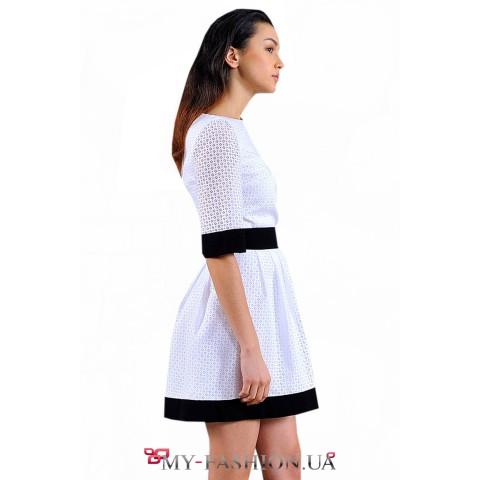 Коктейльное платье с контрастной отделкой