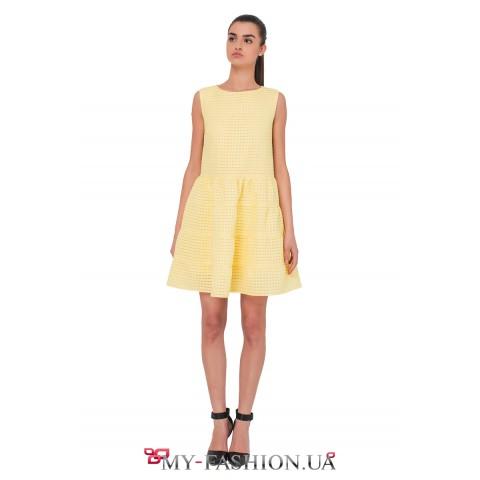 Короткое жёлтое платье А-образного силуэта