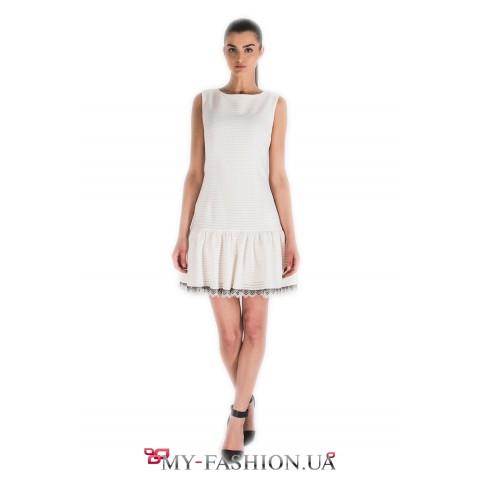 Коктейльное платье белого цвета с воланом