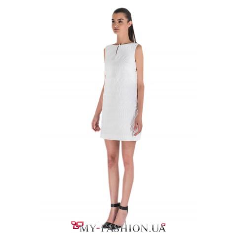 Белое платье А-образного силуэта с застёжкой-капелькой