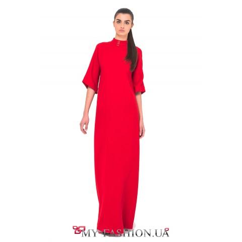 Длинное цельнокройное платье красного цвета