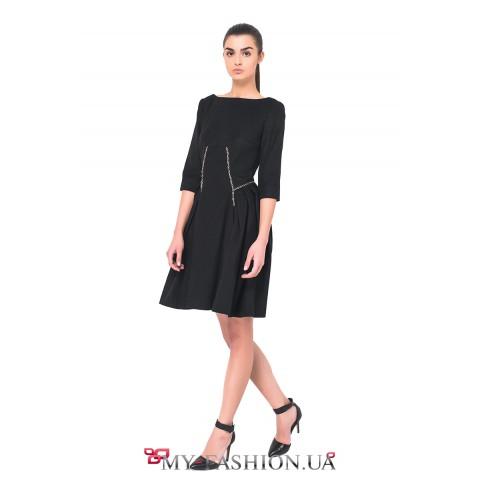 Чёрное шерстяное платье с расклешённой юбкой