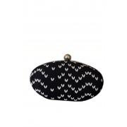 Чёрно-белая сумка-клатч с серебристой цепочкой