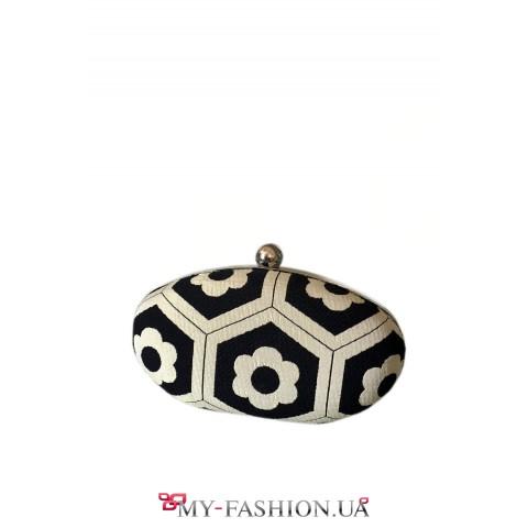 Светлая сумка-клатч с серебристой цепочкой
