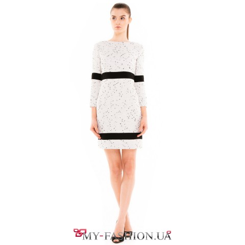 Короткое светлое платье с контрастными вставками