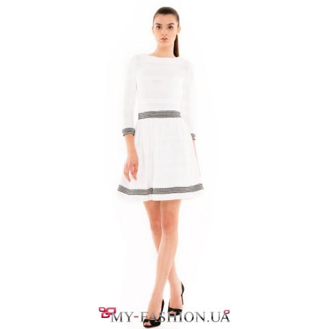 Белое коктейльное платье из хлопкового трикотажа