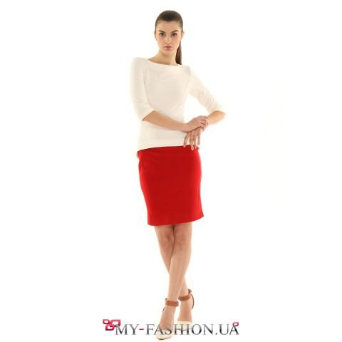 Белая трикотажная блуза приталенного силуэта