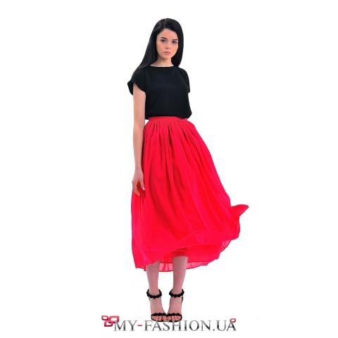 Красная шифоновая юбка средней длины