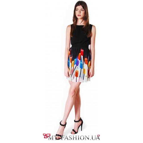 Летнее платье с ярким дизайнерским принтом